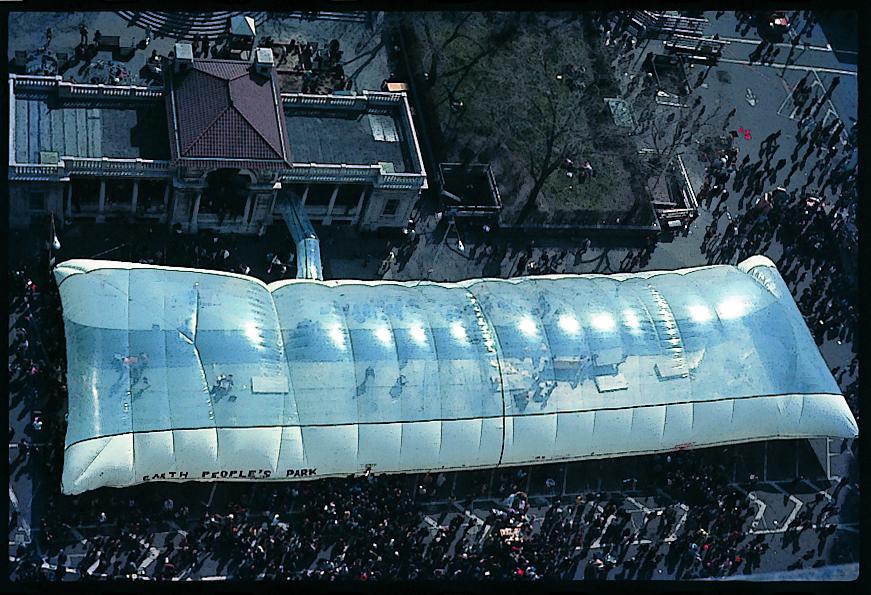 第1回「アースデイ」の会場のひとつとなったエア・ドーム