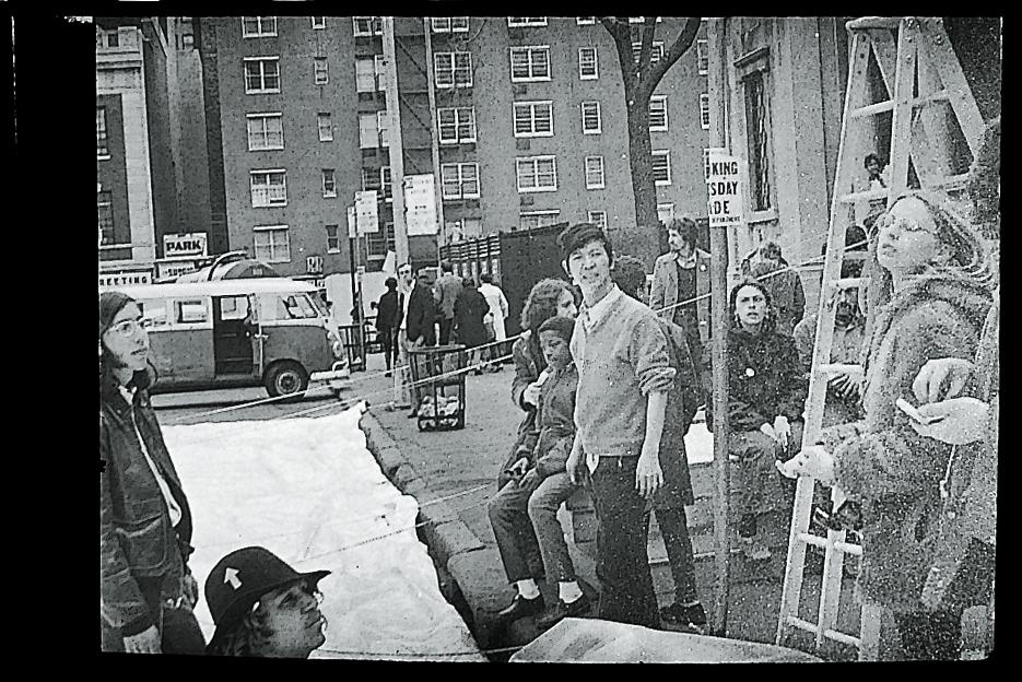 1970年ニューヨークで第1回「アースデイ」の為エア・ドームを設置中の磯辺行久