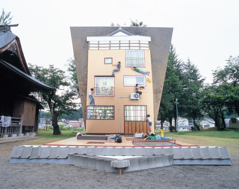 レアンドロ・エルリッヒ作品「妻有の家」大地の芸術祭2006参加作品photo:Masanori Ikeda